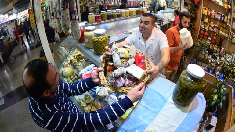 """Fiambrería """"El Yiyi"""" en el Mercado Norte ofrece la picada """"mundialista"""" para este sábado. (Javier Ferreyra)"""