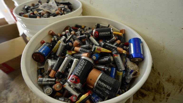 En baldes. Así se acumulan las pilas y baterías en los contenedores.