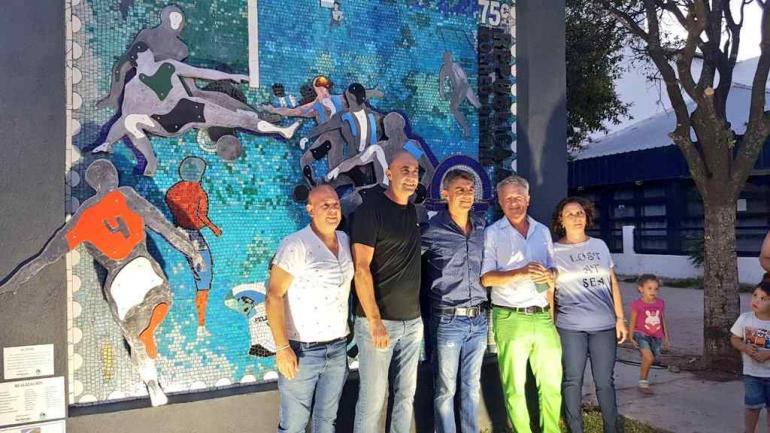 Claudio López, junto a autoridades municipales y artistas que participaron, frente a la obra que le rinde homenaje. (foto Municipalidad)