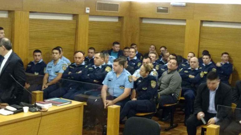 POLICÍAS EN EL BANQUILLO. (Ramiro Pereyra/La Voz).