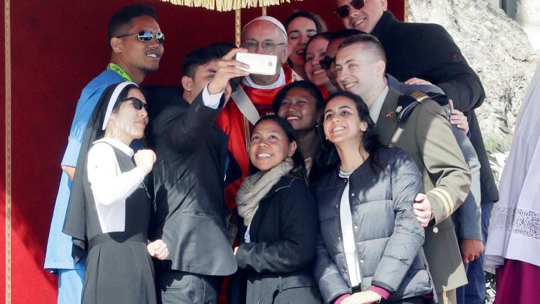 DOMINGO DE RAMOS. El Papa brindó un mensaje para los jóvenes. (AP)