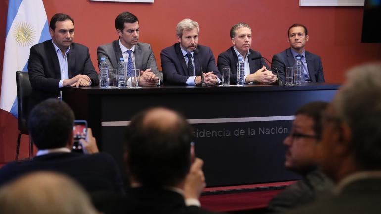 EN CONFERENCIA. Frigerio, Dujovne y tres de los gobernadores provinciales que participaron de la reunión con Macri. (Presidencia de la Nación)