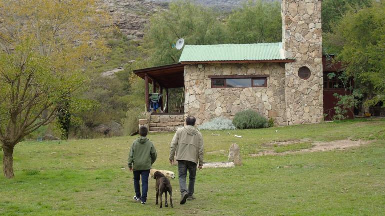 Felicidad. El niño y su papá adoptivo, Javier, juntos en la casa del paraje Los Algarrobos Norte, a ocho kilómetros de Nono, en Traslasierra. (La voz)
