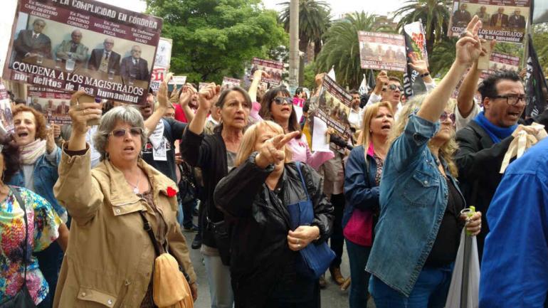 RECLAMO. Organizaciones de Derechos Humanos y partidos de izquierda protestaron afuera de Tribunales (LaVoz).