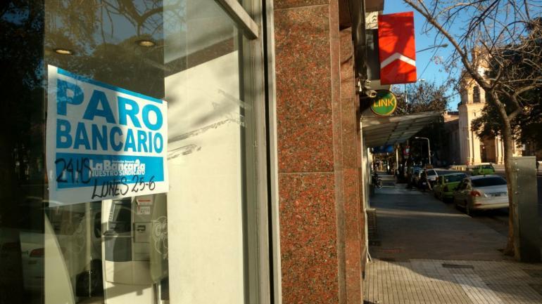CALLES VACÍAS. Los bancos no atienden (Pedro Castillo/La Voz).