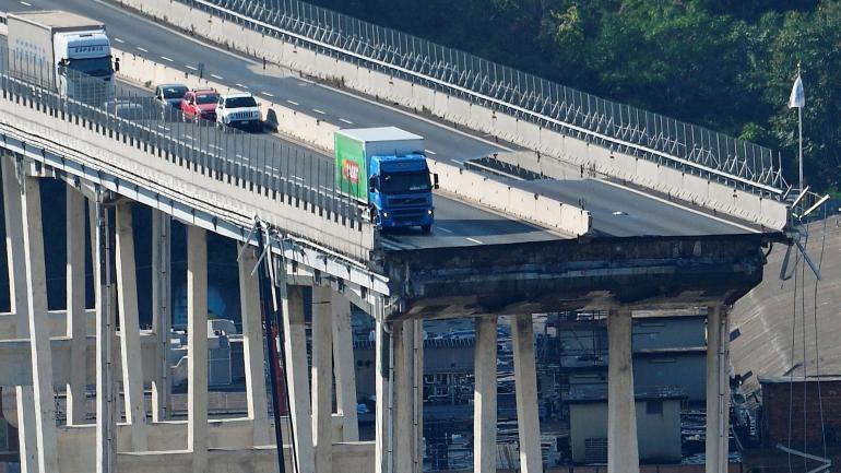 El conductor de un camión, repartidor de un súper, alcanzó a frenar a tiempo. Otros no pudieron. (AP)