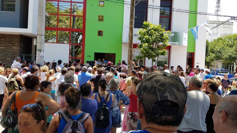 RÍO TERCERO. Manifestación frente a la cooperativa por el aumento en la tarifa de servicios (La Voz).