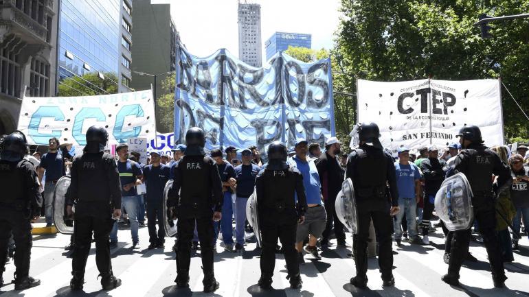 Piqueteros. Unas mil personas protestaron porque el Gobierno no las convocó a consensuar reformas clave para el país. (Télam)