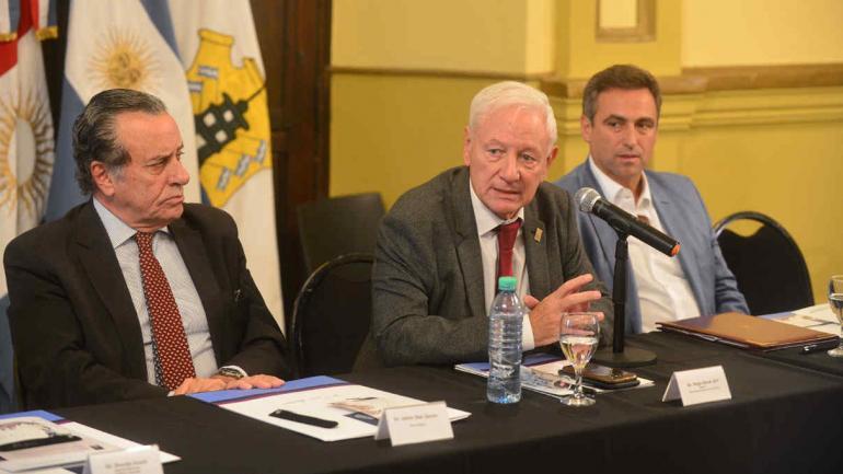 FORO DE LA REFORMA. El juez Díaz Gavier, el rector Juri y el intendente Mestre (La Voz/Nicolás Bravo).