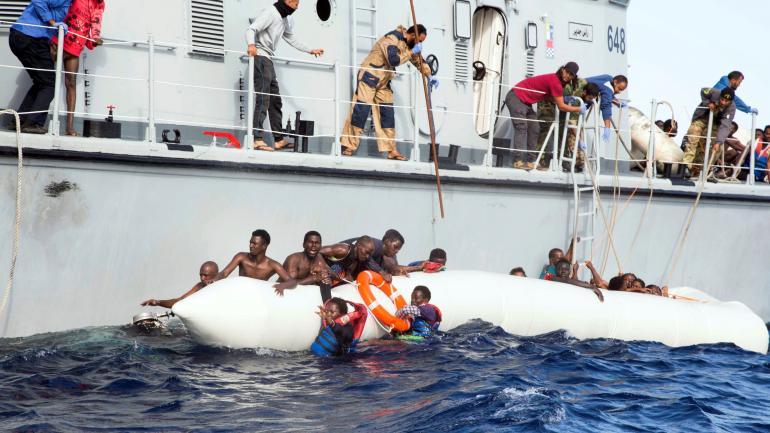 RESCATE. Embarcaciones que rescatan a refugiados en el Mediterráneo. (AP / Archivo)