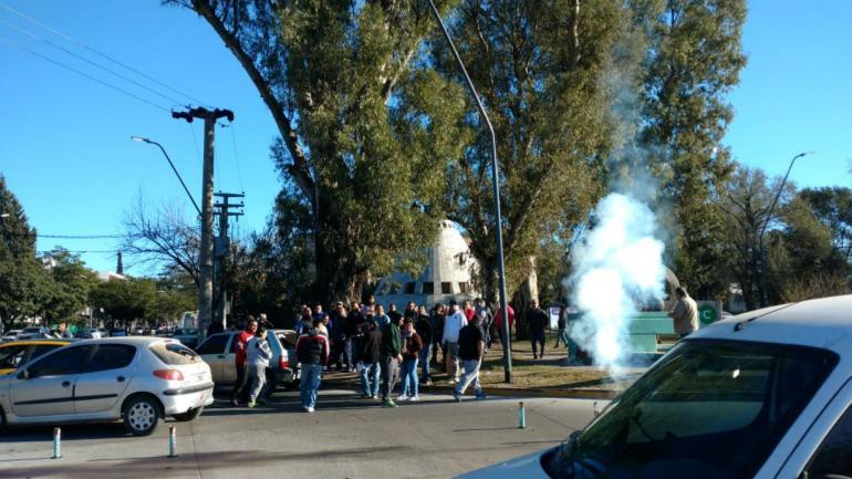 PROTESTA. Remises periféricos reclaman frente al CPC Argüello (Nicolás Bravo/La Voz).