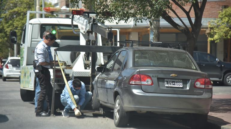 Remolque. La concesionaria debería contar con ocho grúas propias para revolver vehículos mal estacionados. Sólo tiene dos. (La Voz / Archivo)