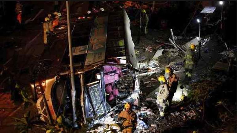 Una hora después del suceso una veintena de personas seguían atrapadas en el interior del vehículo. (Reuters)