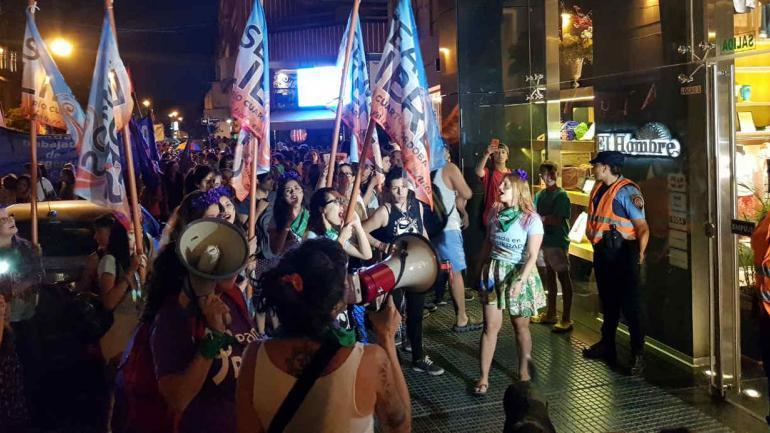 En Río Cuarto, un grupo de manifestantes protestó frente al local del exgobernador De la Sota.