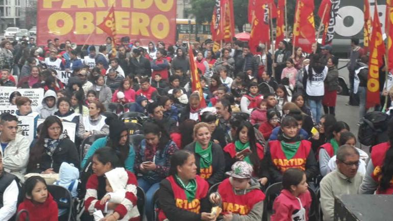A pesar de la lluvia, el Frente de Izquierda y de los Trabajadores (FIT) realizó un acto en una plaza.