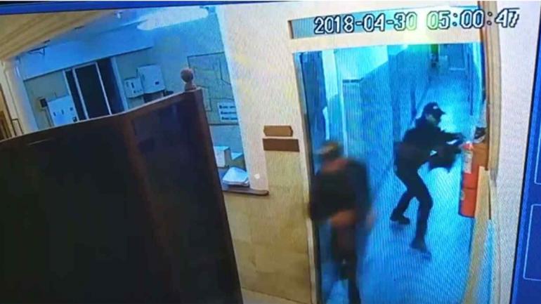 COMISARÍA. Los delincuentes ingresaron vestidos de policías (Imagen de video).