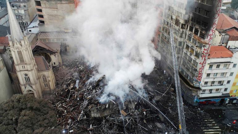 SAN PABLO. Los bomberos siguen trabajando en el lugar del incendio. (AP)
