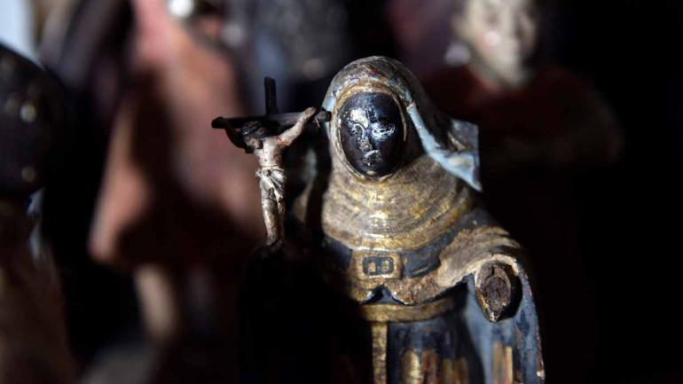 Los santos de madera, cada tanto deben introducirse en el freezer para su conservación.