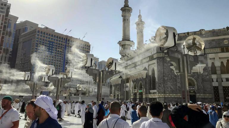Grandes ventiladores rocían agua sobre los peregrinos musulmanes alrededor de la Gran Mezquita. (Foto AP / Dar Yasin)