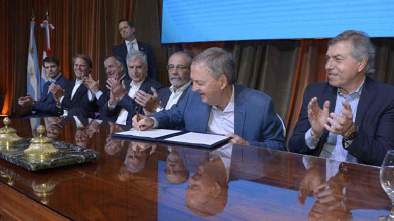 SCHIARETTI. Durante la firma del convenio (Prensa Gobierno de Córdoba).
