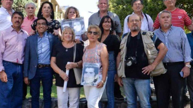 Algunos de los familiares de empleados y funcionarios víctimas de la dictadura, presentes en el acto.