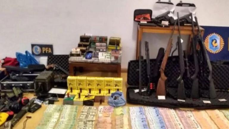 Los agentes rescataron a 10 personas y secuestraron una importante cantidad de armas. (PFA)