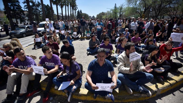 Sentada. La acción fue protagonizada por estudiantes de Franja Morada y fue considerada controvertida por otros estudiantes.
