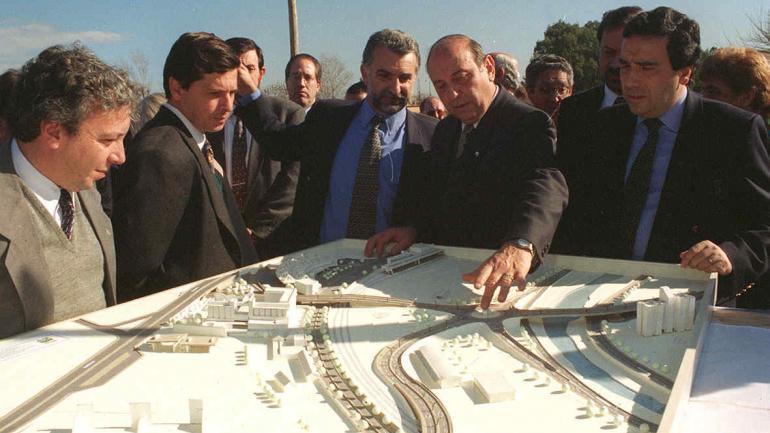 El exintendente Rubén Martí y a su lado, de barba, Miguel Ángel Salgado, con los planos del nudo vial 14.