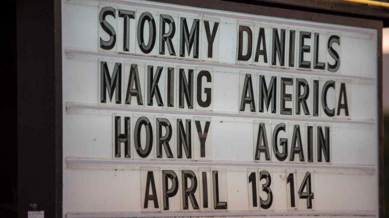 STORMY DANIELS. El cartel que promociona su obra (DPA).