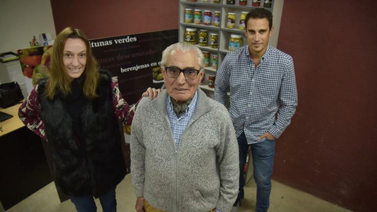 Incansable. Con su hermana Laura y su padre , Severino, un incansable que está al tanto de como va la producción.