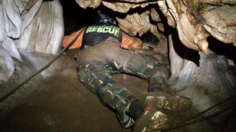 RESCATISTA. En la cueva (Thailand Department of National Parks and Wildlife vía AP).