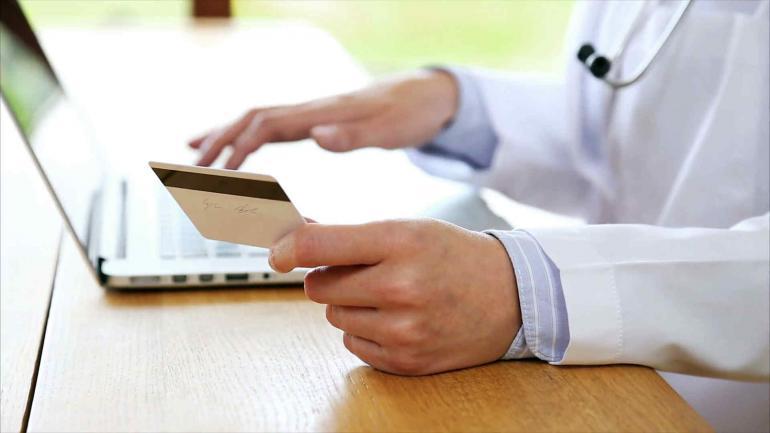 Reticentes. Los profesionales de distintas disciplinas en Córdoba entienden que la obligatoriedad de aceptar pagos con débito con los alcanza. (La Voz)