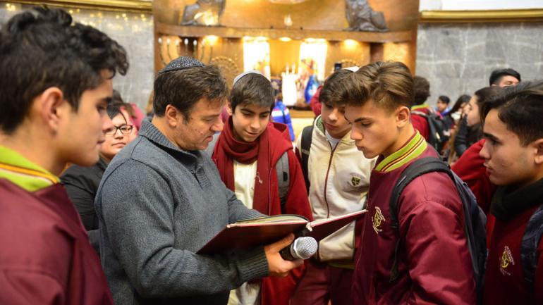 En la sinagoga. El rabino Marcelo Polakoff les explica a los estudiantes cómo se organizan los espacios en los templos judíos. El por qué de la circuncisión y el origen de la kipá encabezan las consultas que hacen los chicos.