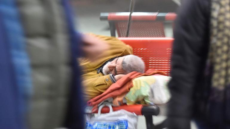 Horarios. La Terminal relajó algunas reglas para permitir dormir acostados en sus asientos. Pero a las 5, los guardias despiertan a todos.
