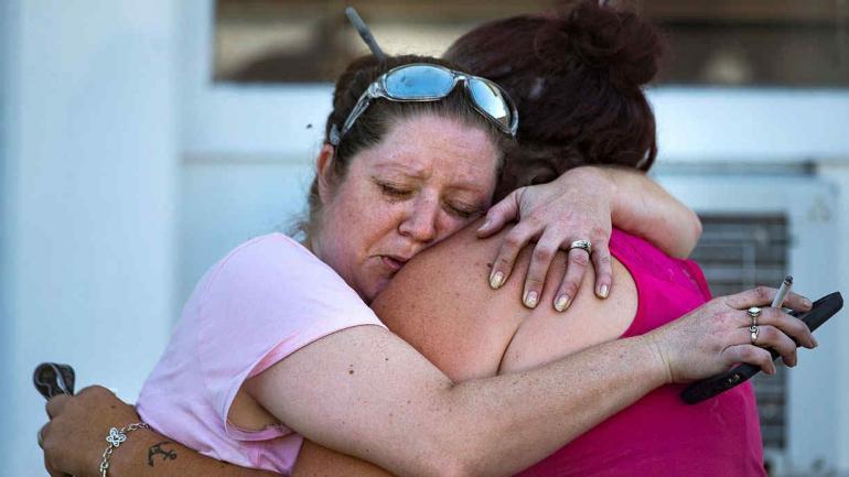 Angustia. Carrie Matula abraza a una mujer después del tiroteo. Carrie escuchó los disparos desde la estación de servicios cercana en la que trabaja. (AP)