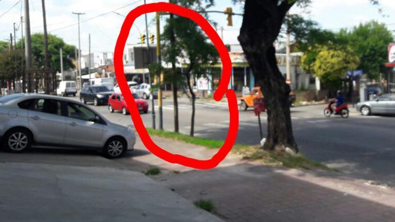 ALUMBRADO PÚBLICO. Personal de esa repartición sacó el árbol, según la denuncia del vecino.