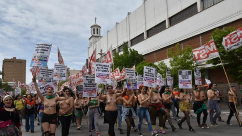 """El """"tetazo"""", la manifestación que se vio por las calles de Trelew (foto: Diariojoranada.com.ar)."""