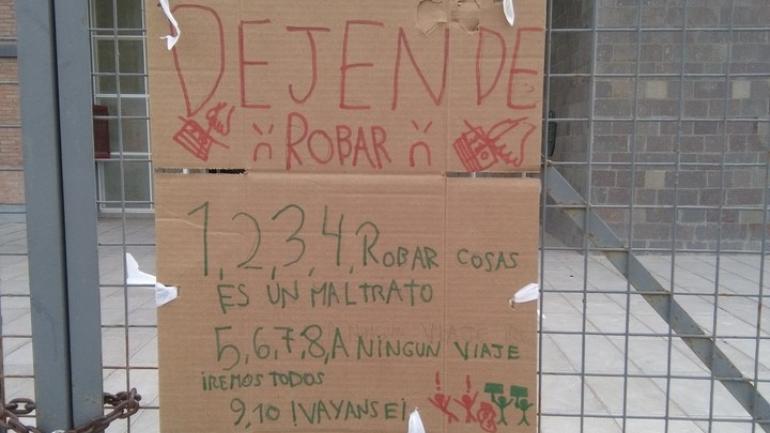 CARTELES. Los chicos repudiaron el robo con carteles para los ladrones. (Clarín)