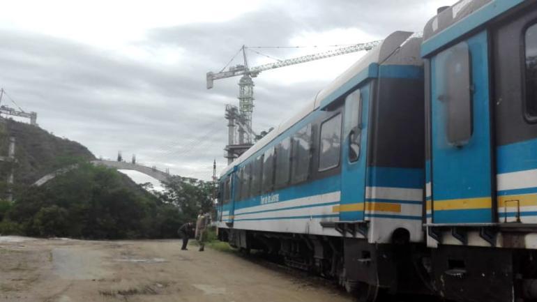 El Tren descarriló en cercanías del puente en construcción.