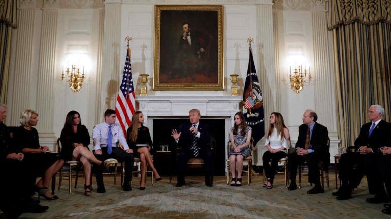 REUNIÓN. En el encuentro había seis estudiantes del instituto de Parkland (Florida). (AP)