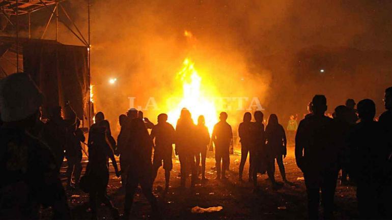 TUCUMÁN. El público prendió fuego al mangrullo tras horas de espera para que toque la banda (Gentileza La Gaceta).