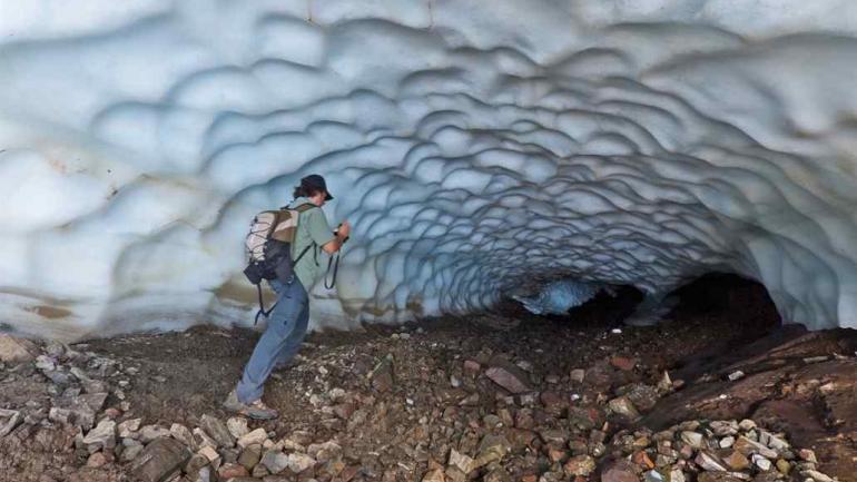 Desde afuera. La entrada se ve como una grieta entre la piedra y la pared de hielo. (DPA)