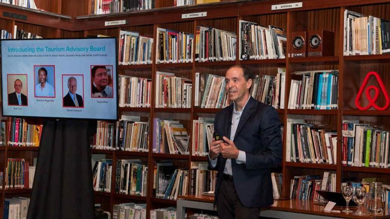 El director global de políticas públicas y comunicaciones de Airbnb, Chris Lehane, durante una presentación en Buenos Aires. (DPA)