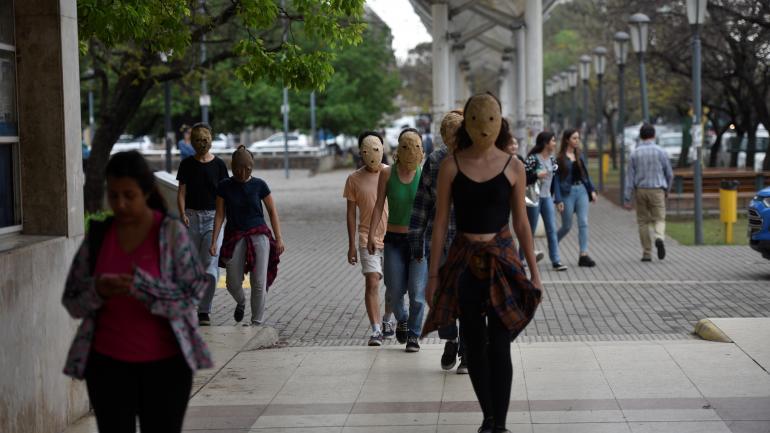 TOMA. Algunos estudiantes salieron con sus rostros tapados. (La Voz/Archivo)