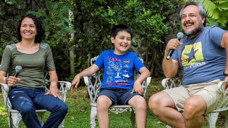 Carlos Antonio Santamaría Díaz (c) ríe junto a sus padres Fabián Santamaría (der.) y Arcelia Díaz Sotelo (izq.) en Ciudad de México, México. (DPA)