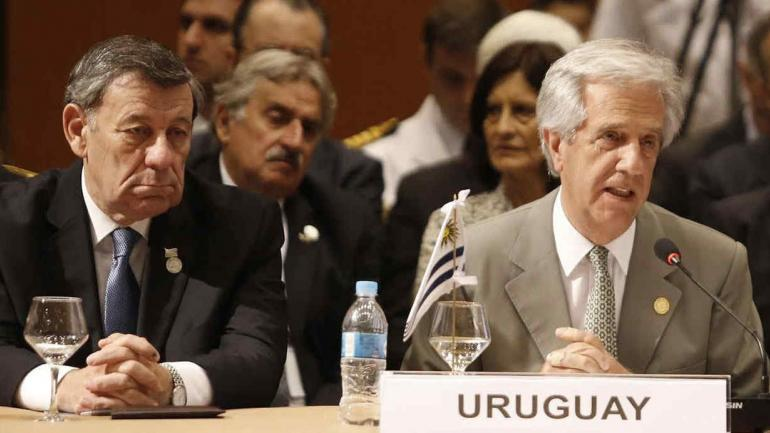 El canciller uruguayo Rodolfo Nin Novoa y el presidente Tabaré Vázquez. (DPA / Archivo)