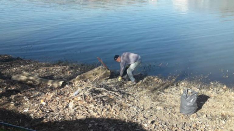 Nicolás Jackson, realizando las tareas de limpieza (Centediario).