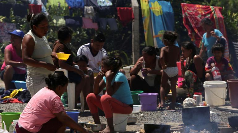 Los warao que viajaron cientos de kilómetros hacia Brasil para huir de la crisis de Venezuela se encuentran en un limbo cerca de la frontera. (AP)