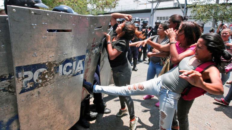 VENEZUELA. Los familiares esperaban afuera del recinto. (AP)