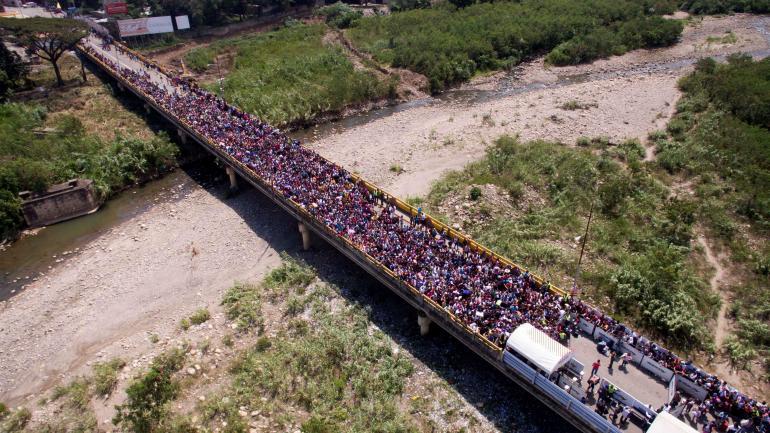 Cientos de personas intentan cruzar el puente internacional Simón Bolivar que une a Colombia con Venezuela. (AP / Archivo)